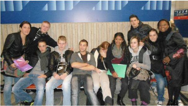 Élèves et enseignantes à l'aéroport Charles-de-Gaulle